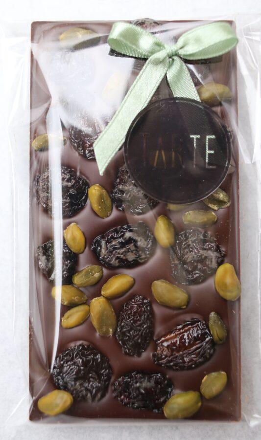 Tumšā šokolāde ar pistācijām un žāvētiem ķiršiem