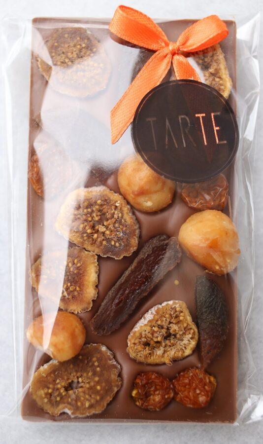 Piena šokolāde ar žāvētiem augļiem un makadāmijas riekstiem