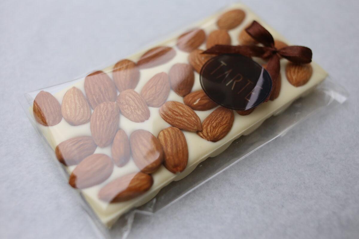 Baltā šokolāde ar mandelēm