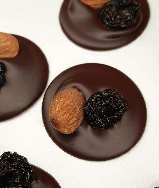 Tumšās šokolādes podziņas